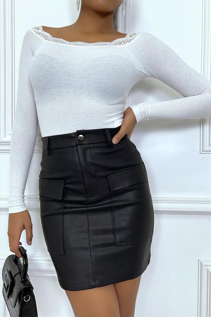 Petite jupe cintrée en simili avec poches