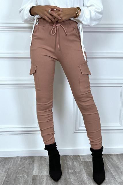 Pantalon cargo rose avec poches et cordon à la taille