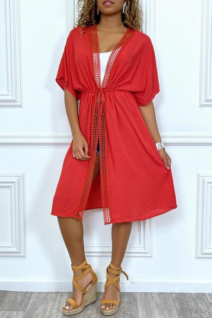 Kimono mi-long rouge ceinturé avec dentelle