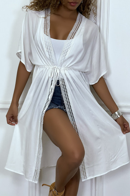 Kimono mi-long blanc ceinturé avec dentelle