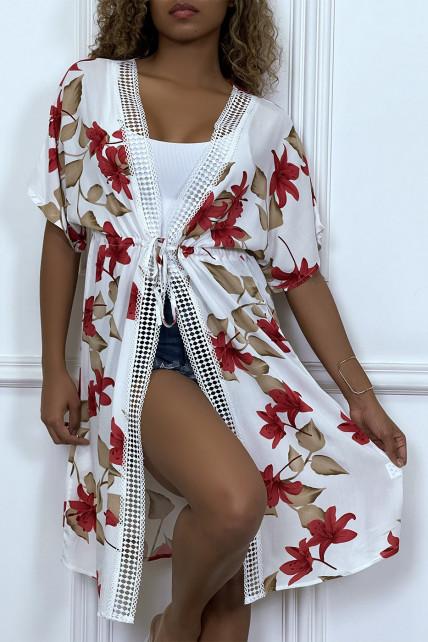 Kimono mi-long blanc ceinturé avec imprimés floraux et dentelle