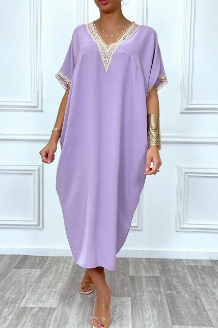 Longue robe tunique ample en lilas avec dentelle au col et aux manches