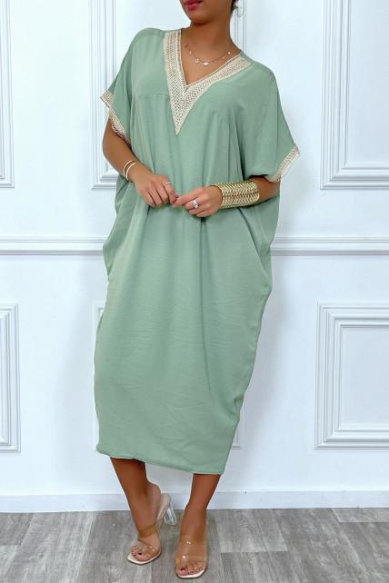 Longue robe tunique ample en vert avec dentelle au col et aux manches