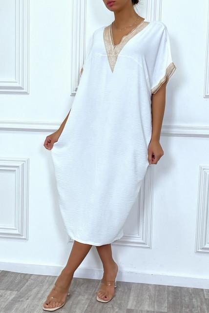 Longue robe tunique ample blanche avec dentelle au col et aux manches