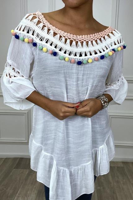 Robe tunique blanche avec dentelle et pompon au col et aux manches