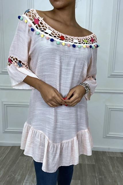 Robe tunique rose avec dentelle et pompon au col et aux manches