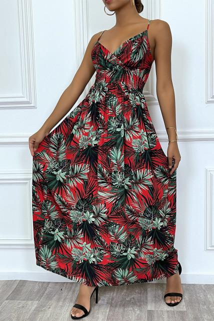 Longue robe d'été rouge à imprimé tropical et cintrée à la taille.