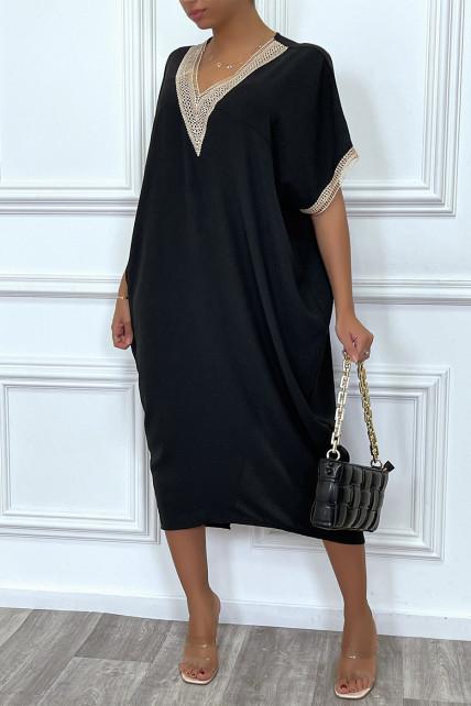 Longue robe tunique ample en noir avec dentelle au col et aux manches
