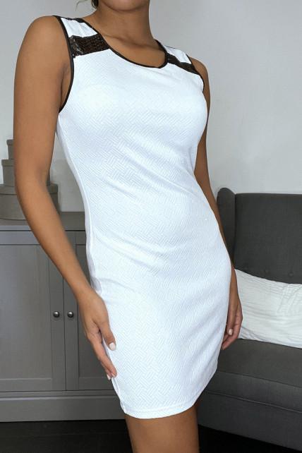 Robe blanche brillante à simili aux épaules