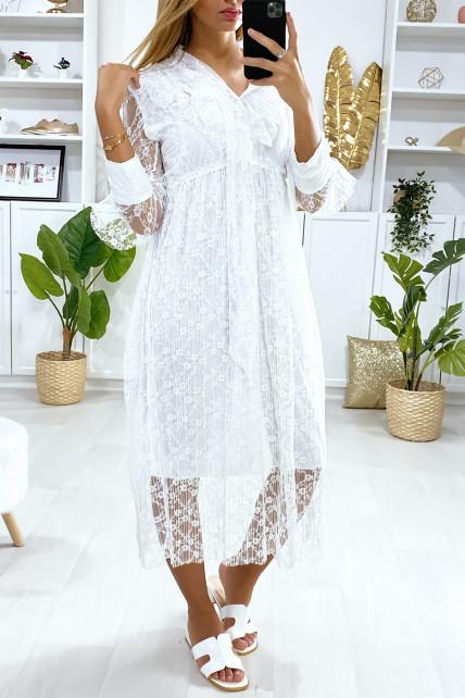 Longue robe blanche en dentelle doublé avec volant