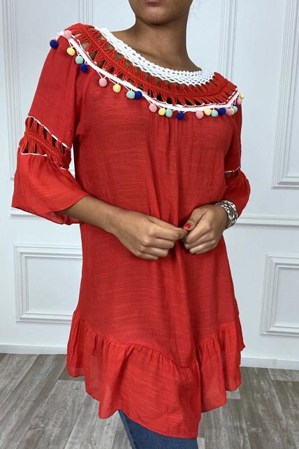 Robe tunique rouge avec dentelle et pompon au col et aux manches