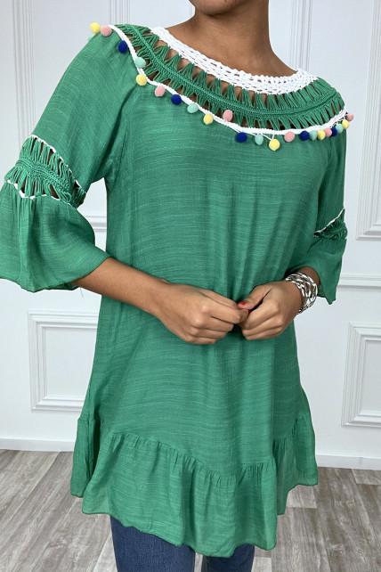 Robe tunique verte avec dentelle et pompon au col et aux manches