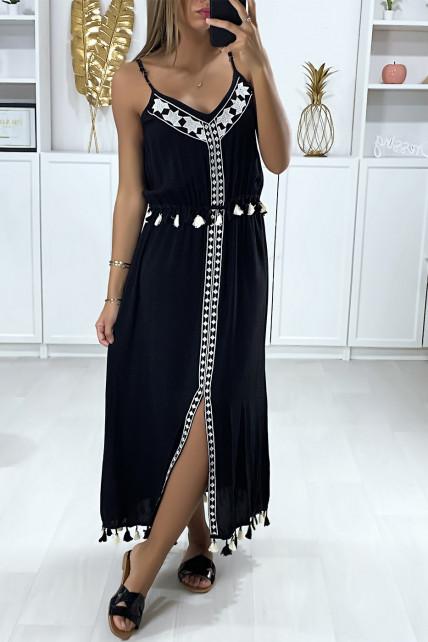 Longue robe noire avec broderie blanche et pompon