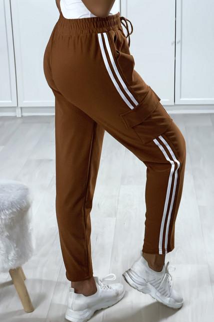 Pantalon jogging camel foncé avec bandes et poches sur les cotés