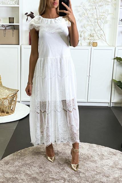 Longue robe blanche en dentelle col bateau et doublé