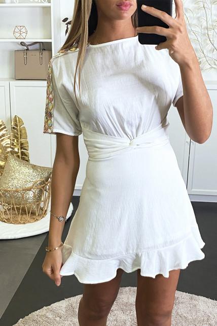 Robe patineuse blanche à empiècement doré et coloré sur les bras et dos nu