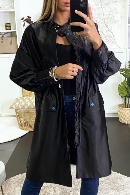 Longue veste noir effet brillant avec boutons et couture coloré