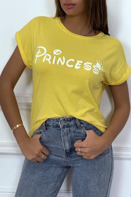 """T-shirt jaune avec écriture """"pincesse"""" et manches retroussées"""