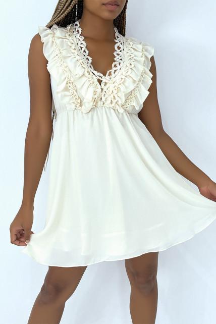 Petite robe écru fluide avec détails volants et broderie sur le haut