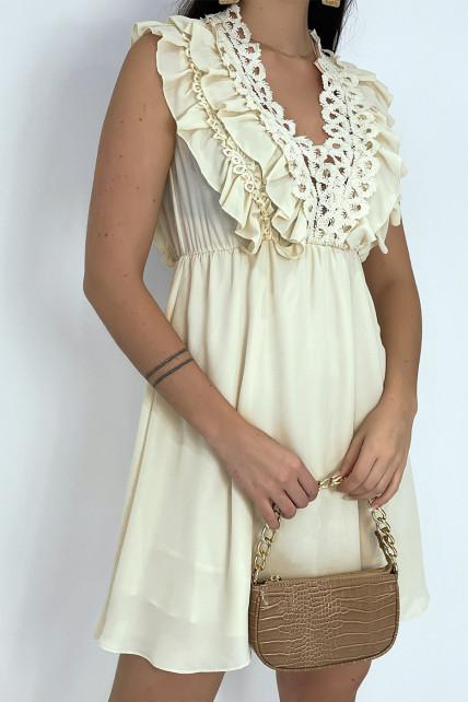 Petite robe beige fluide avec détails volants et broderie sur le haut
