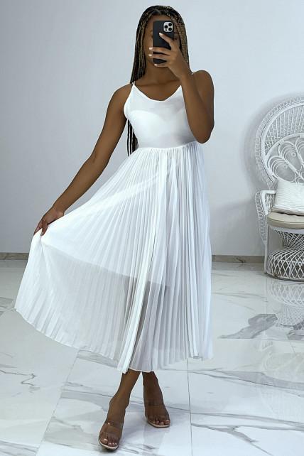 Robe blanche avec jupe plissée style accordéon