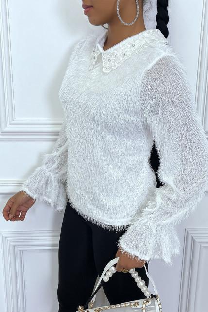 Pull blanc en poils duveteux avec encolure en strass