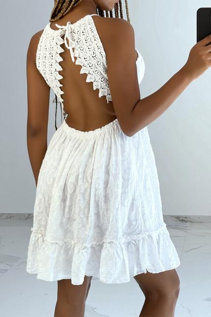 Petite robe blanche fluide à détails broderie et dos nu