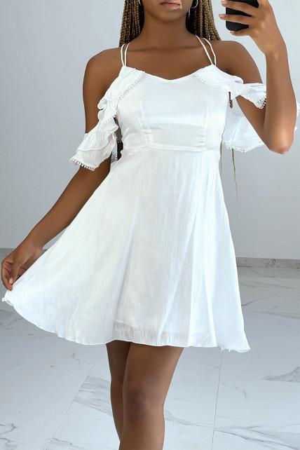 Petite robe patineuse blanche à épaules tombantes à volants et dos croisé