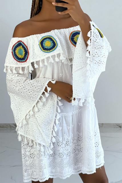 Robe tunique blanche avec jolis détails broderie et motifs ajourés