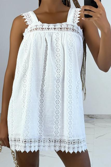 Petite robe blanche droite brodée avec col carré