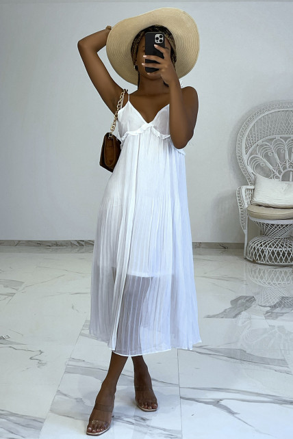 Robe blanche fluide plissée à decolleté V et fines bretelles à nouer